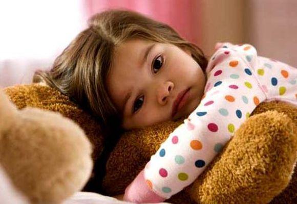девочка лежит грустная