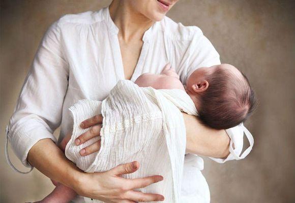 мама укачивает малыша
