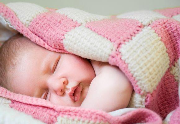 малыш укутан в плед спит