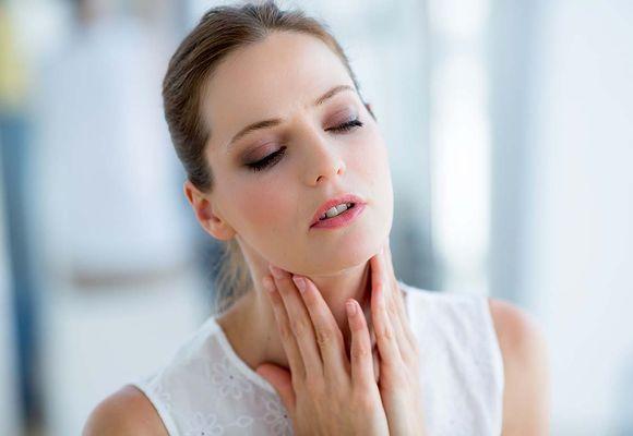 девушка проверяет щитовидку