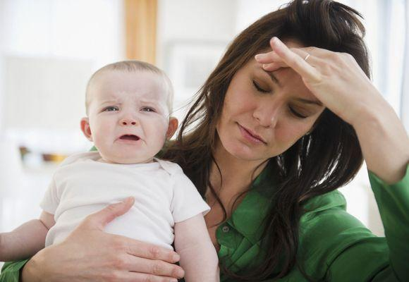 мама устала с малышом на руках