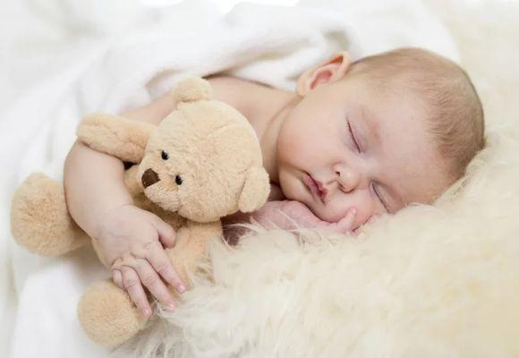 малыш с мишкой спит