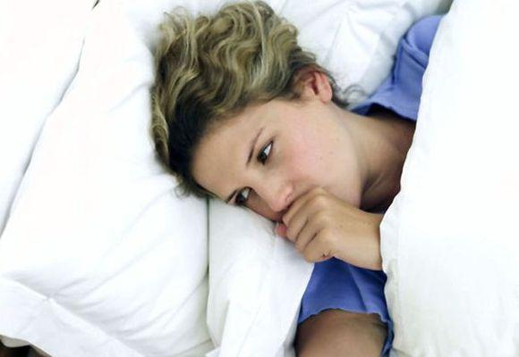 девушка кашляет в кровати