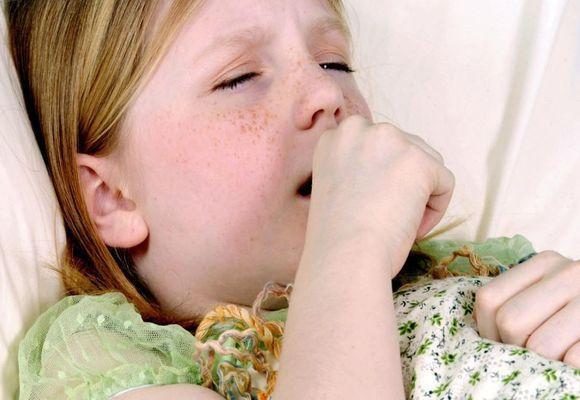 девочка кашляет лежа в постели