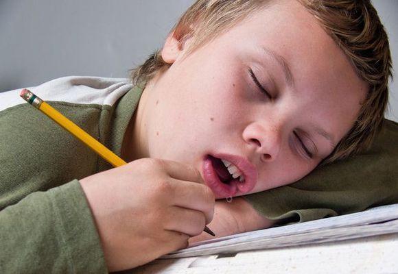 мальчик уснул и потекли слюни изо рта