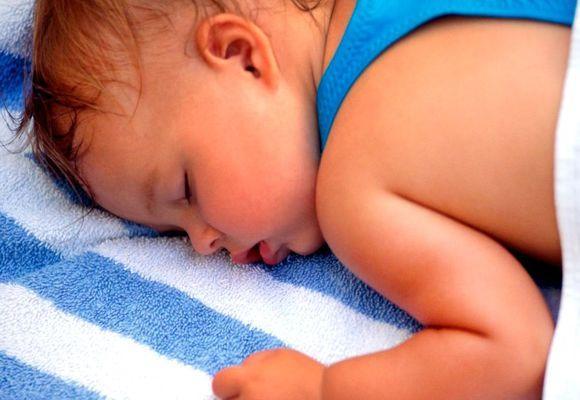 малыш уснул и потеет
