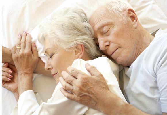 пожилая пара спит