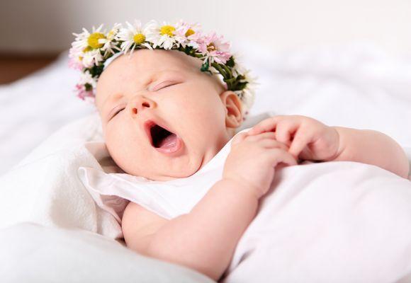 ребенок зевает в кровати