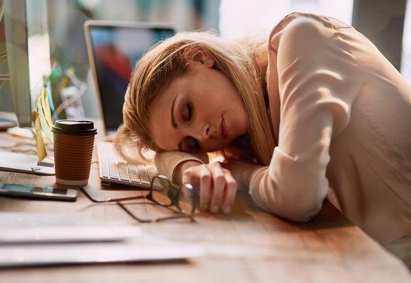 девушка дико устала и уснула на ходу