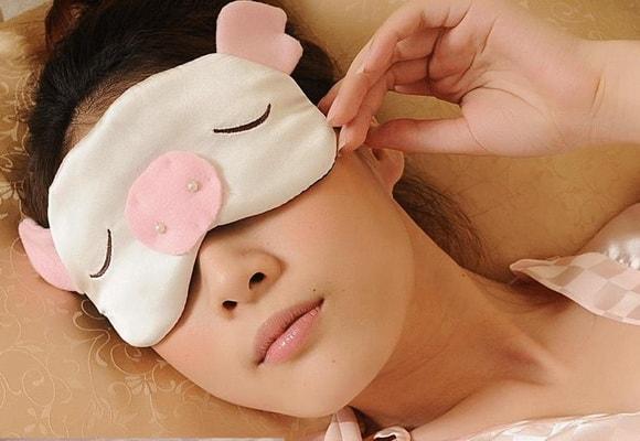 девушка в маске для сна