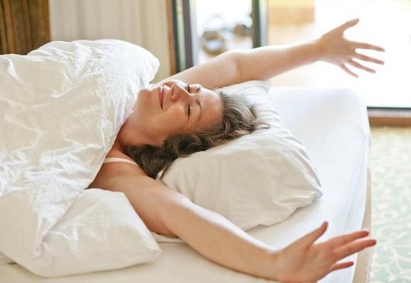 девушка потягивается в постели