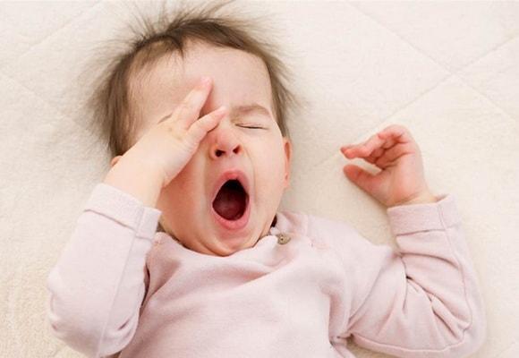 зевающий ребенок
