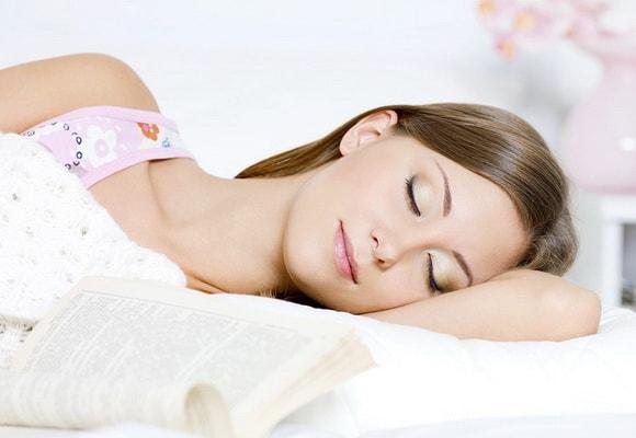 спящая девушка с книжкой