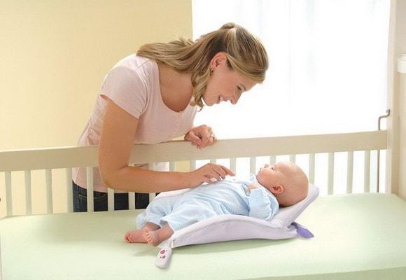 мама перед кроваткой ребенка
