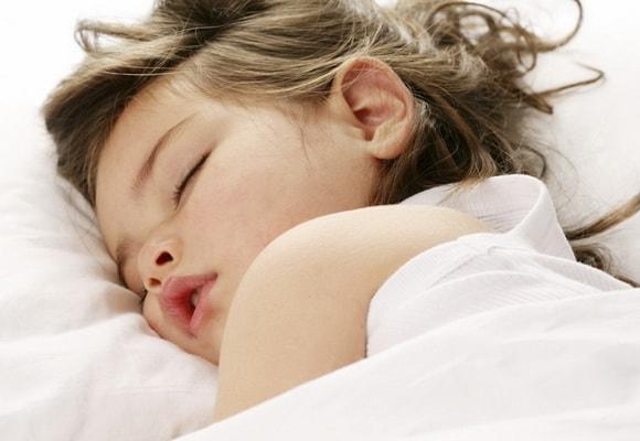 ребенок лежит на подушке