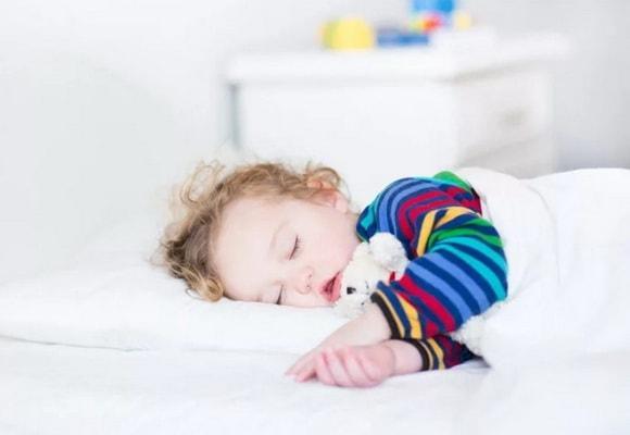 маленький ребенок в постели