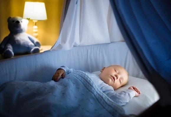 младенец в кроватке