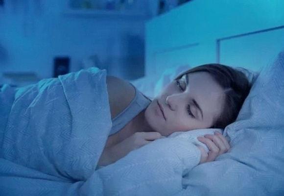 девушка спит ночью