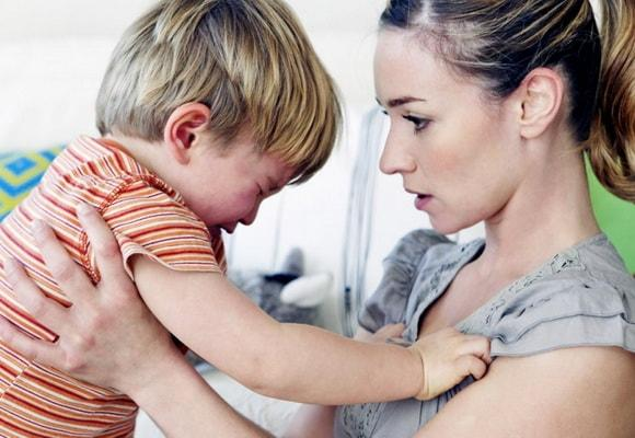 Мама успокаивает ребенка