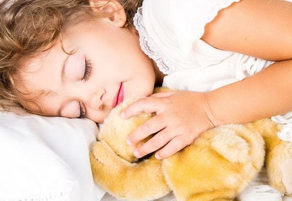 Ребенок спит с игрушкой