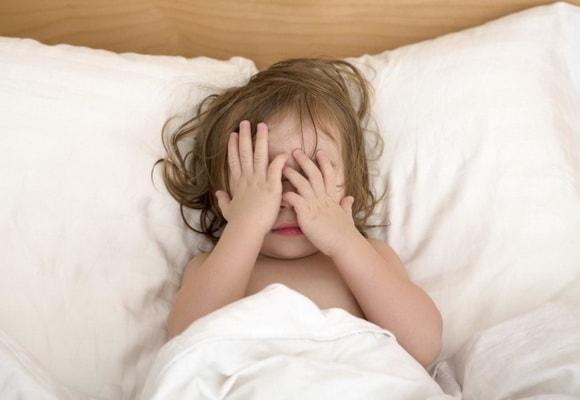Ребенок закрыл лицо руками
