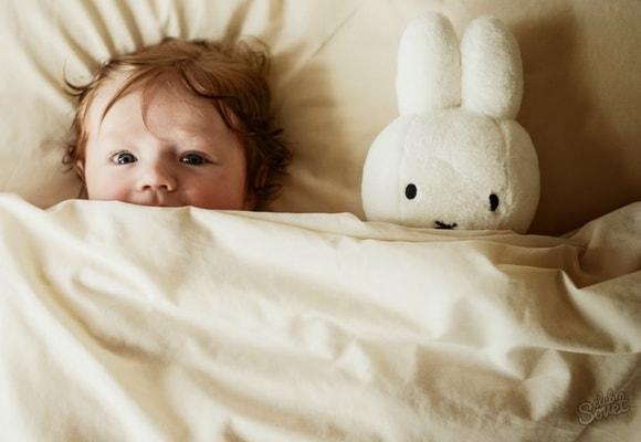 Ребенок в кровати