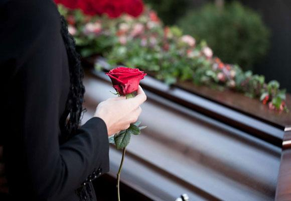 Женщина около гроба