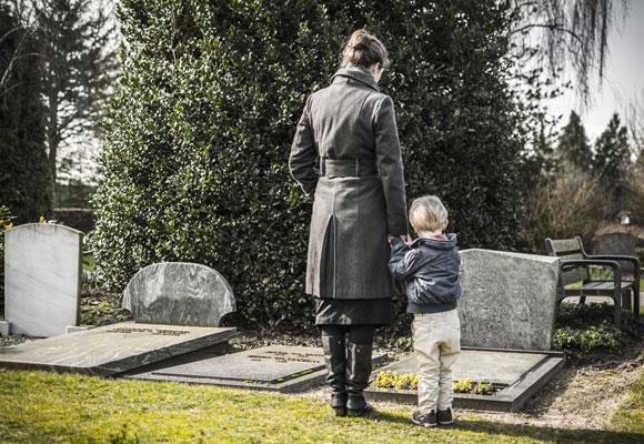 Девушка с ребенком около памятника