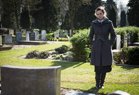 Девушка пришла на могилку