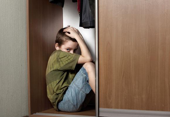 Мальчик прячется в шкафу