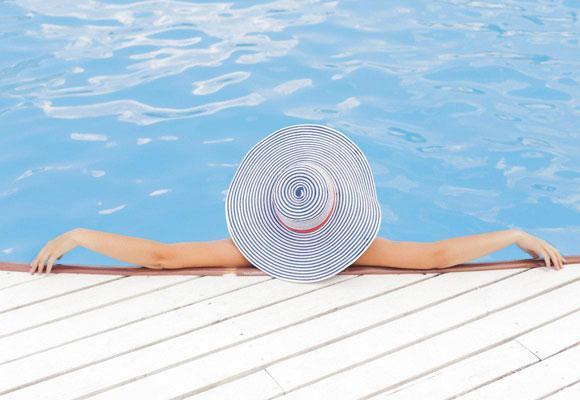 Девушка и бассейн