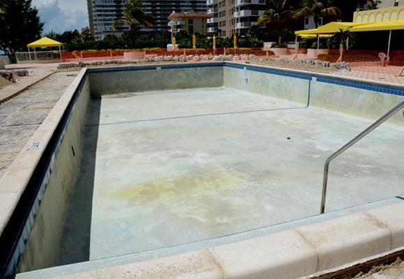 Пустой бассейн