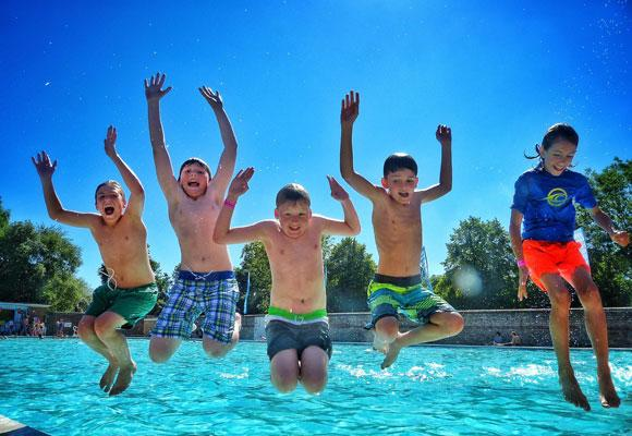Дети резвятся в бассейне
