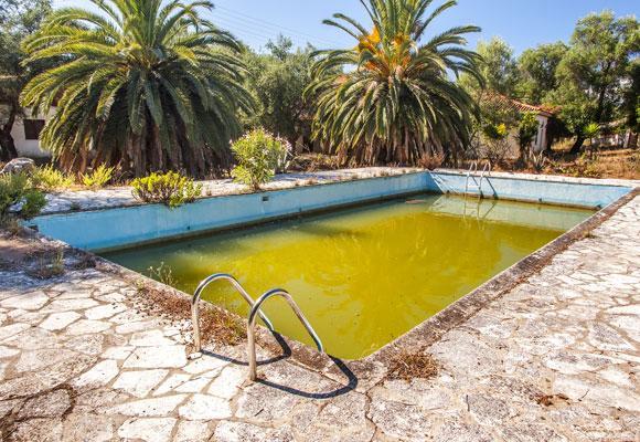 Бассейн с грязной водой
