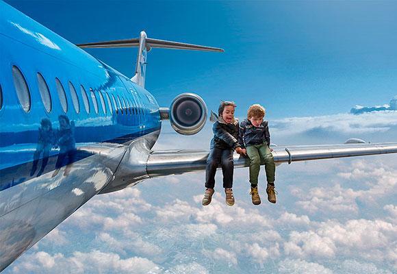 Дети на крыле самолета