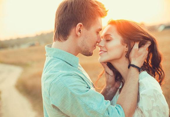 Мужчина целует девушку