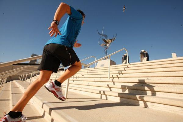 бежать по лестнице
