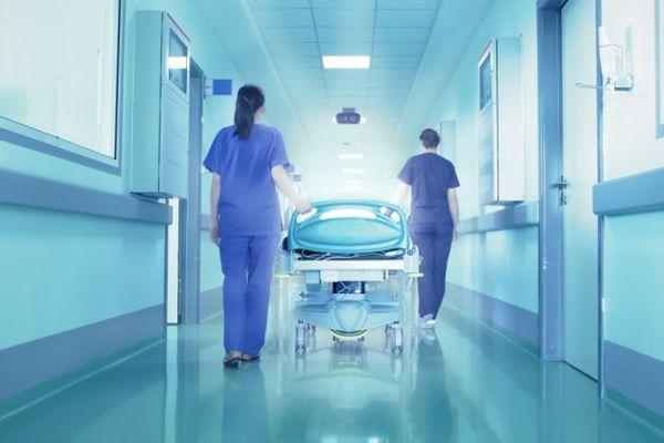 врачи везут пациента