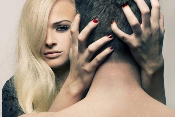девушка держит голову мужчины