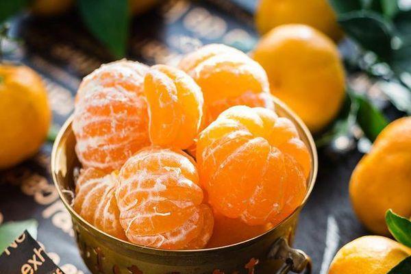 мандарины в тарелке