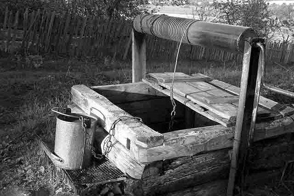 черно белое фото колодца