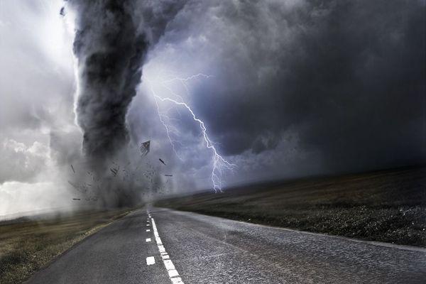 торнадо на дороге